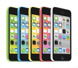 آیفون 5C در پنج رنگ سفید، صورتی، زرد، سبز، ابی